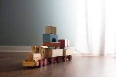 Tren de madera del juguete en el piso Fotos de archivo