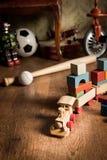 Tren de madera en el sitio de niños Fotos de archivo