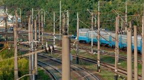 Tren de pasajeros en el ferrocarril Fotos de archivo