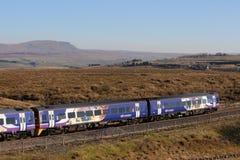 Tren de pasajeros en el Settle a la línea ferroviaria de Carlisle fotografía de archivo