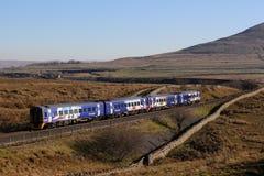 Tren de pasajeros en el Settle a la línea ferroviaria de Carlisle imágenes de archivo libres de regalías