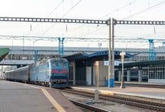 Tren de pasajeros en la estación Imagen de archivo libre de regalías