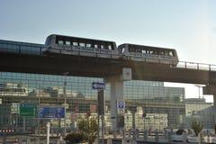 Tren de pasajeros entre las terminales en aeropuerto fotos de archivo