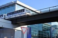 Tren de pasajeros entre las terminales en el aeropuerto imagen de archivo