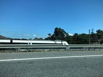 Tren de pasajeros de plata que se mueve a la derecha imagenes de archivo