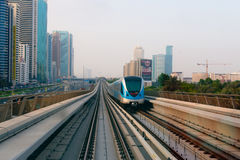 Tren de pasajeros que cruza a lo largo de Dubai ultramoderno, de alta tecnología Imagen de archivo libre de regalías