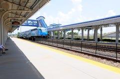 Tren de pasajeros que llega en la estación, la Florida Fotos de archivo libres de regalías