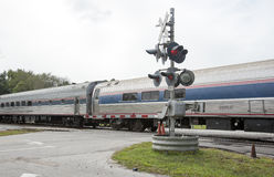 Tren de pasajeros que pasa sobre un paso a nivel los E.E.U.U. Fotografía de archivo libre de regalías