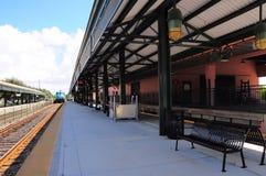 Tren de pasajeros que sale de la estación Fotografía de archivo libre de regalías