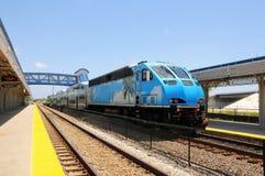 Tren de pasajeros que sale de la estación, FL del sur Imagenes de archivo
