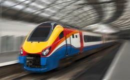 Tren de pasajeros rápido con la falta de definición de movimiento Fotografía de archivo libre de regalías