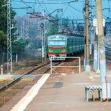 Tren de pasajeros suburbano ruso que llega a la estación imágenes de archivo libres de regalías