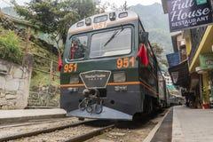 Tren de Peru Rail que llega la estación de Machu Picchu fotografía de archivo