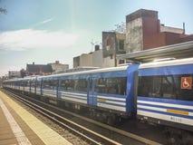 Tren de Retiro que sale de la estación - Buenos Aires la Argentina Fotos de archivo