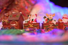Tren de Santa Claus que trae presentes en un pueblo del cuento de hadas foto de archivo libre de regalías
