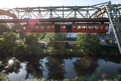 Tren de Schwebebahn en Wuppertal Alemania Imágenes de archivo libres de regalías