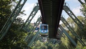 Tren de Schwebebahn en Wuppertal Alemania imagenes de archivo