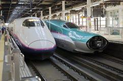 Tren de Shinkansen Hayabusa en la estación de Tokio Foto de archivo