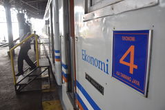 Tren de Tawang Jaya que lanza el más largo a Jakarta fotos de archivo