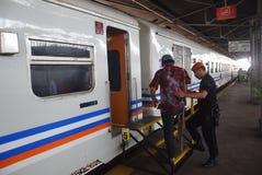 Tren de Tawang Jaya que lanza el más largo a Jakarta Imagenes de archivo