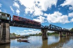 Tren del ángulo bajo que corre en el ferrocarril histotic del puente de Kwai del río Fotos de archivo