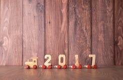 Tren del Año Nuevo 2017 en fondo de madera Imagenes de archivo