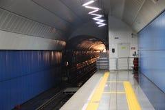 Tren del acercamiento en el subterráneo Fotos de archivo libres de regalías