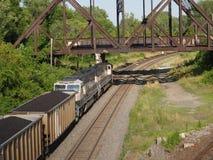 Tren del carbón que sale de la ciudad Imagen de archivo libre de regalías