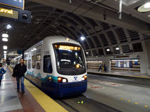 Tren del carril de la luz del tránsito del sonido de la salida de la gente Fotografía de archivo