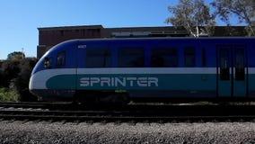 Tren del carril de la luz del esprinter que llega la estación de tránsito de Escondido almacen de metraje de vídeo