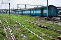 Tren del ferrocarril indio en una estación Fotos de archivo libres de regalías