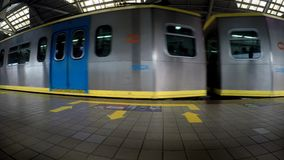 Tren del ferrocarril ligero que sale de la estación de tren elevada almacen de video