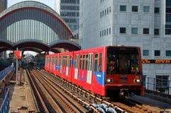 Tren del ferrocarril ligero que se acerca a la estación en Canary Wharf, Lon Imagenes de archivo