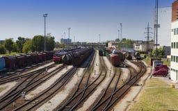 Tren del ferrocarril y del cargo Narva Estonia fotos de archivo
