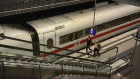 Tren del HIELO en el ferrocarril central de Berlín almacen de video
