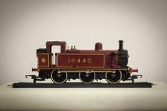 Tren del juguete del estaño con las cartas Fotografía de archivo