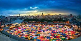 Tren del mercado de la noche de Ratchada Imágenes de archivo libres de regalías