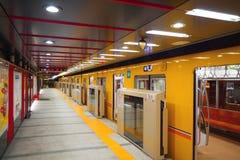 Tren del metro de Tokio en la estación de Asakusa Fotos de archivo libres de regalías
