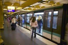 Tren del metro en el Gare de Lyon en París, Francia Imagen de archivo libre de regalías