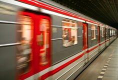 Tren del metro en el movimiento fotos de archivo