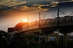 Tren del metro que entra adentro a la estación fotografía de archivo