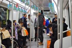Tren del metro del subterráneo que funciona con subterráneo en Shangai China Foto de archivo libre de regalías