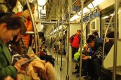 Tren del metro del subterráneo que funciona con subterráneo en Shangai China Fotografía de archivo