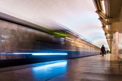 Tren del metro del subterráneo que llega una estación fotos de archivo libres de regalías