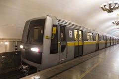 Tren del metro del tipo de los coches ` de Yauza de 81-720/721 ` Desfile del metro de Moscú de los trenes en honor de su 83.o ani Fotos de archivo
