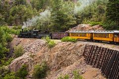 Tren del motor de vapor en montañas Foto de archivo