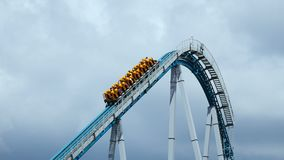 Tren del roller coaster que va hacia arriba hacia abajo metrajes