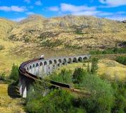 Tren del vapor de Jacobite del viaducto de Glenfinnan, montañas escocesas, Reino Unido imagen de archivo