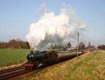 Tren del vapor en el campo inglés Foto de archivo