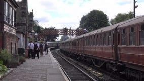 Tren del vapor en la estación 4K metrajes